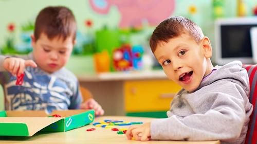 اوتیسم چیست و چه نشانههایی دارد؟